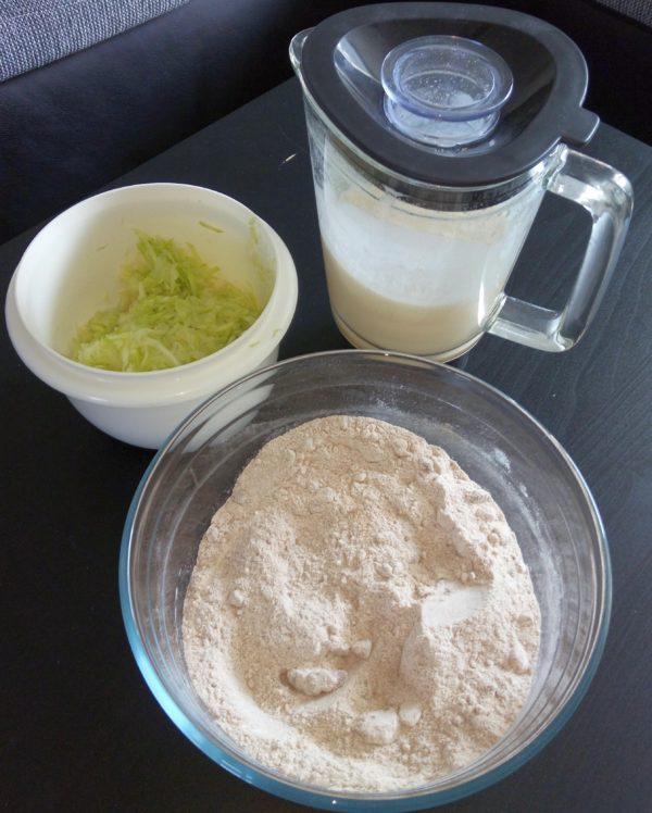 Vorbereitete Zutaten für das Zuchini-Brot